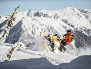 человек на снегоходе